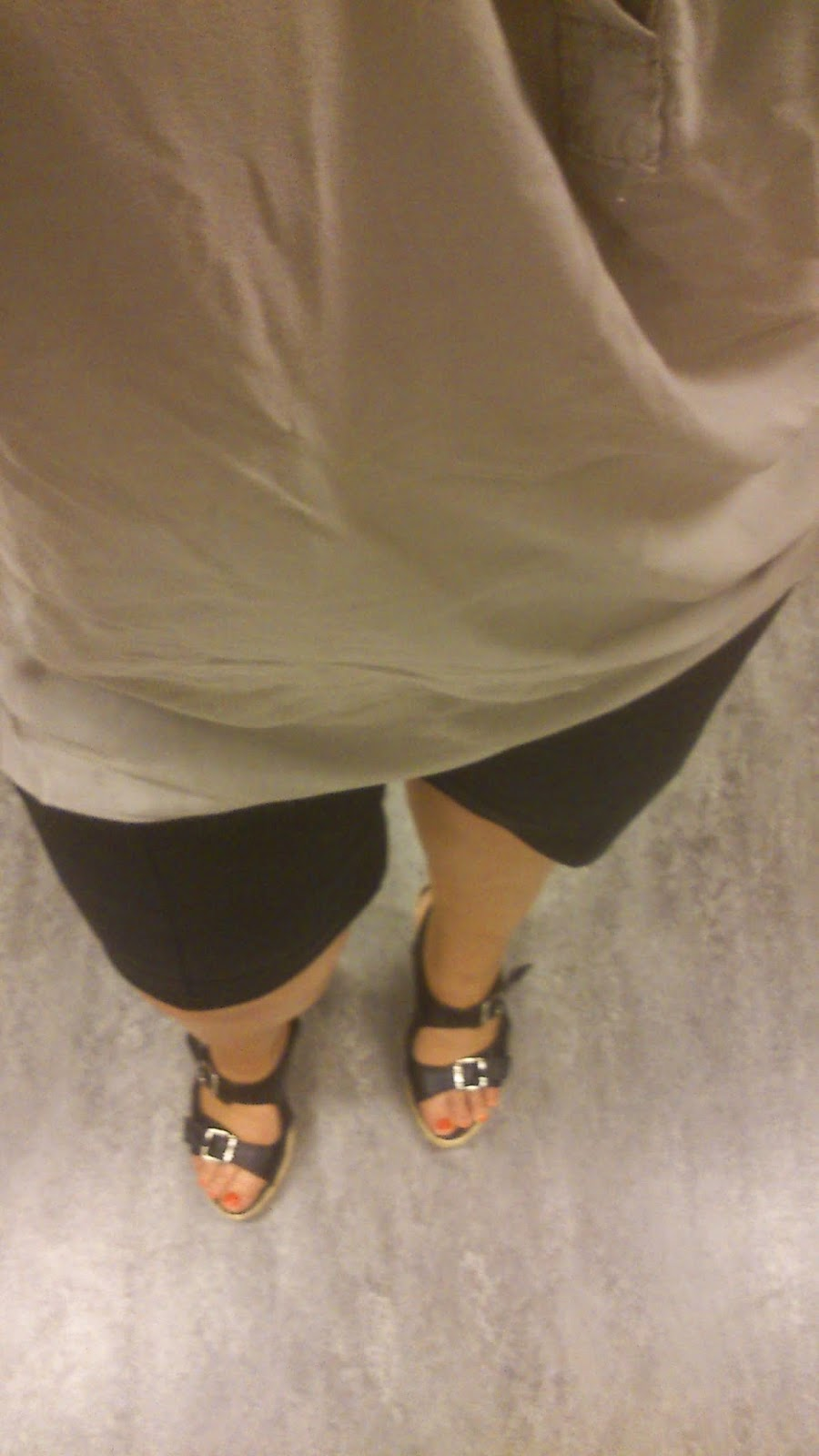 187af421 For oss som har litt former, synes jeg det ser bedre ut med sko med hæl til  slike shorts, så jeg fant like godt fram et par gamle kilehælsandaler også  🙂